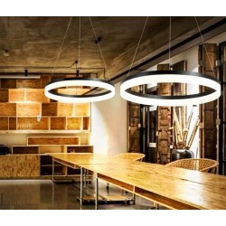 divas griestu lampas virs bāra galda