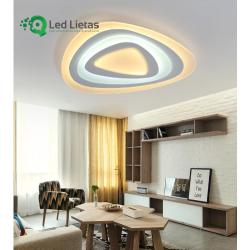 LED griestu lampa - vairāki trijstūri pārklāti vies pār otru, iekārtota telpā